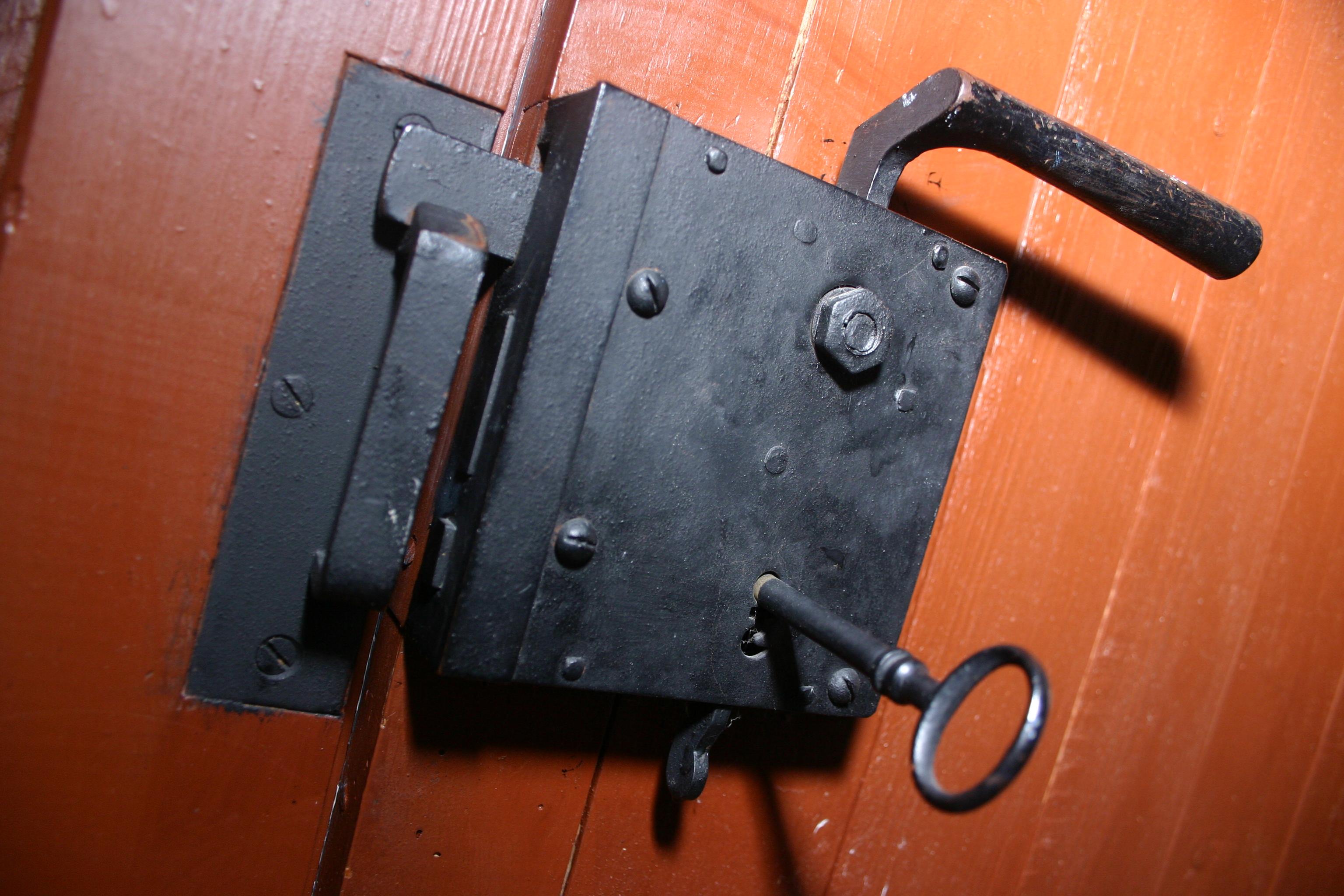 Как сделать дверной замок с секретом
